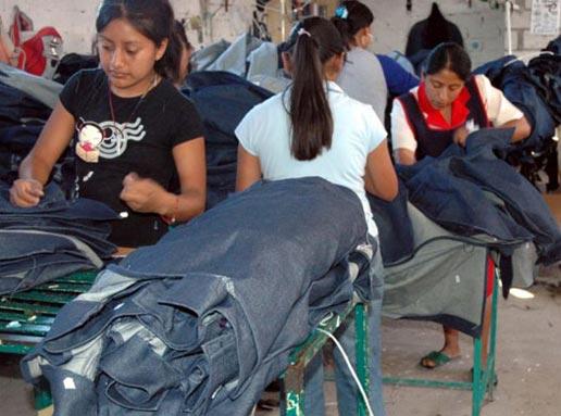 Jeunes femmes travaillant dans une usine clandestine à Tehuacán - Photo: Jo Tuckman