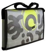 Bannière publicitaire en vinyle convertie en sac. Design: Entre-Peaux