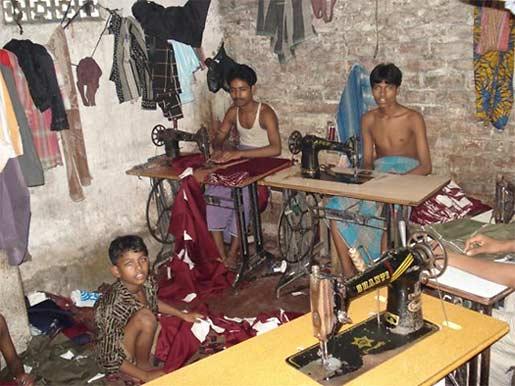 Trois jeunes garçons au travail en Inde, 2008. Photo: Clean Clothes Campain